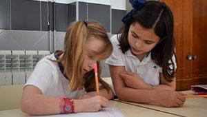 Dos alumnas en el aula matinal del colegio La Asunción de Montilla
