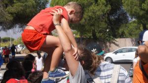 joven con niño en brazos