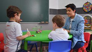 Alumnos y monitor en una sesión de orientación psicopedagógica en el colegio La Asunción de Montilla