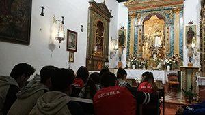 niños rezando en la capilla